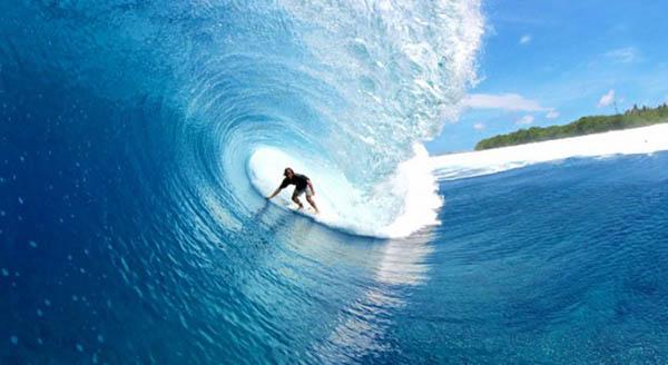surf alle Maldive a giugno